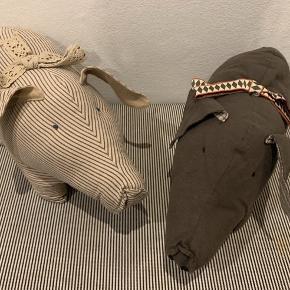 2 mellem Maileg grise sælges. Som nye. Længde 38 cm Højde 24. Hør stof. Så fine