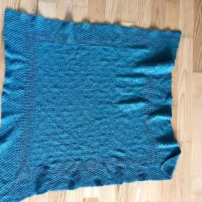 Fint hjemmestrikket tæppe til babyen eller dukken ca 90x90 cm
