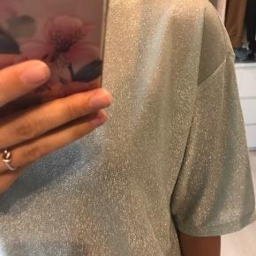 Glimmer oversize t-shirt fra Monki, så fin med nederdel eller jeans 💙