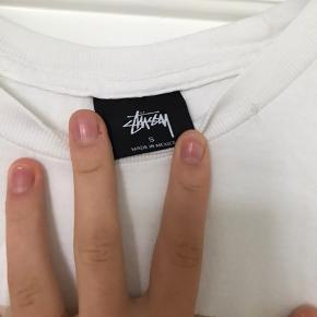 Hvid stussy t-shirt. BYD gerne!