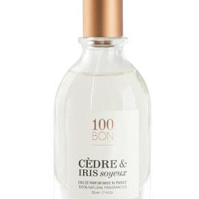 Brugt ca halvdelen, 2.foto viser hvor meget. Beskrivelse  100BON, det første franske parfumehus, som skaber 100% naturlige dufte. Hos 100BON (scent bon) tror vi på en ny type duft, der er skabt af naturlige ingredienser. Vores kompositioner er baseret på økologisk hvedealkohol, og vi garanterer sporbarheden af alle vores råmaterialer.  Duftene er fremstillet i den kendte parfumeby Grasse i Frankrig. Vores produkter er miljøvenlige, genopfyldelige og 100% genbrugelige, hvilket afspejler vores engagement i miljømæssig og økologisk bæredygtighed.  Med hvid ceder skabes en provokativ duft med varme, krydrede trænoter. Den jordagtige og pudrede blomsterduft kommer fra irissen, hvis aromatiske substanser findes i blomstens rødder.