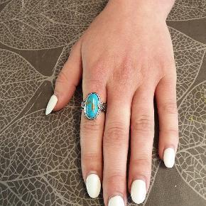 Smuk ring i antik sølv med turkis sten. Fragt er med i prisen.  2 styk i str medium.  Se flere smykker under min profil