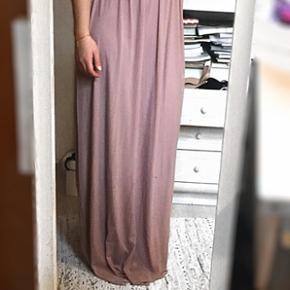 Sælger muligvis denne smukke kjole, da jeg måske har fundet en anden en jeg hellere vil bruge til galla. Kjolen er derfor aldrig brugt, men prøvet på. Den er en UK6/34/XS men passes også af en UK8/36/S. Nypris var ca 700kr, og kjolen fås ikke længere på ASOS. Byd gerne!