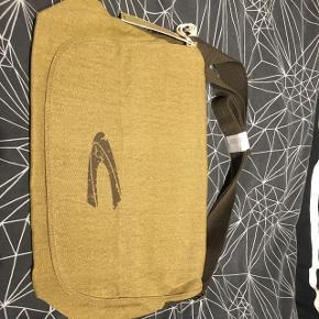 !!!Ny pris!!! Fin taske - aldrig brugt. Ingen kvittering medfølger, da det var en gave for nogle år siden. Sælger da stilen ikke var min.