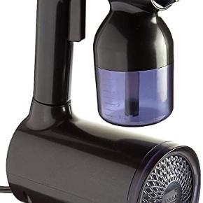 Brugt få gange! Der er også en sprayfarve med hvor over halvdelen er tilbage.  B. Tan B.U.B Personal Tanner er en semi-pro spraytan maskine. Med denne maskine får du en semi-professionel spraytan med en airbrush-lignende effekt, som hvis du får en spraytan i en salon. Med denne maskine kan du selv bestemme hvor meget farve, du vil have, da den kan indstilles på 8 forskellige niveauer,. Dysen på spray-hovedet kan drejes, så når der sprayes op og ned, stilles den vertikalt, og når der sprayes fra side til side, stilles den horisontalt - på denne måde får man dækket hele kroppen perfekt, og man undgår streger og pletter. Maskinen er super nem og enkel at bruge både alene eller sammen med en. Der medfølger en brugsanvisning (på engelsk), hvor man kan læse om brugen af maskinen, rengøring o.s.v. Fordele: * Semi-pro spraytan maskine * Tager din tanning til et højere niveau * Giver airbrushed lignende effekt * Kan indstilles i 8 niveauer * Dysen kan drejes horisontalt og vertikalt * Nem at anvende * Brugsanvisning medfølger Anvendelse: * Maskinenes måleko fyldes med selvbruner * Der bruges ca. 40 ml pr spraytan * Tilslut maskinen til strøm * Knappen holdes inde for at spraye * Hold en afstand på 10-15 cm * Spray i lange, bløde strøg * Bag på maskinen findes en knap som kan spraye varm luft - denne bruges til at tørre din spraytan * Vent en time og skyl derefter kroppen under lunkent vand i ca 45 sekunder uden brug af sæbe * Hvis en dybere og mørkere farve ønskes, kan den påføres af to omgange eller man kan lade den sidde i flere timer inden den skylles af OBS: Vær opmærksom på at det støver en del med selvbruner ved brug af denne maskine, så det anbefales at skylle brusekabinen efter brug