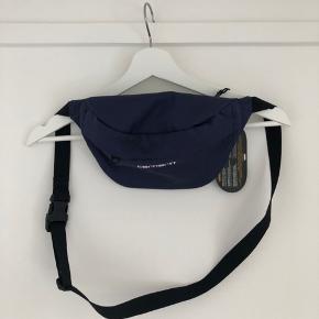 Har fået denne taske i gave, men havde ønsket mig den i sort. Den kunne ikke byttes og derfor søger jeg at sælge den.