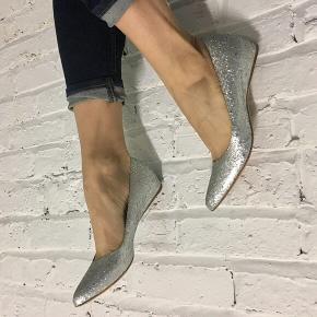 Fine glitter sko fra Margielas samarbejde med H&M. Lille indvendig kilehæl giver flot holdning. Kun prøvet på. 250 pp