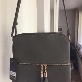 Helt ny crossbody taske med fine detaljer Måler 25x25