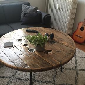 Sælger dette vildt lækre kabeltromle sofabord, som jeg desværre ikke har plads til mere pga. flytning. Jeg købte den for omkring 9 måneder siden.  Den har en masse patina i kræft af, at den er lavet af en gammel kabeltromle.  Ø100  Højde 53 cm  Nypris 2.500 kr.  Kom gerne med er realistisk bud 🙋🏼♀️
