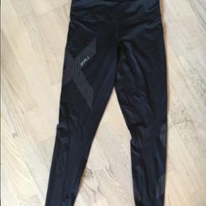 2XU tights sælges. Købt af en anden sælger, hvor der var to huller i dem. Jeg har ikke brugt dem, da de er lidt gennemsigtige på mig, men ellers ok.   Kom med et bud 👍🏼