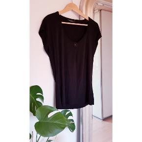 Fin sort T-shirt i lækker tung viskose-kvalitet med V-udskæring og lille pynte knap.