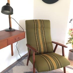 Flot velholdt stol i teak. Har et enkelt lille hul i stoffet, hvor den bukker ind - ses derfor ikke.   Hurtig afhentning prioriteres.