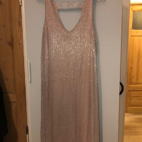 Super smuk kjole i lyserød med sølv glimmer lag udenover. Smuk let åben ryg. Kun brugt en enkelt gang, så fejler ingenting.
