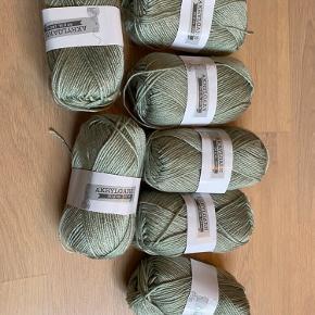 Sælger dette grønne akrylgarn. Da jeg desværre ikke får strikket mere. Der er 50 g i pr bundt hvilket svare til ca 120 m. Sælger en for 5kr og alle 7 stykker for 30kr.