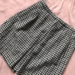 Str 42 Smuk nederdel som er købt for stor Længde: ca 50 cm Livvidde: 83 cm  Bytter ikke