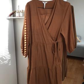 Slå-om kjole i god kvalitet. Fejler intet, fejlkøb.