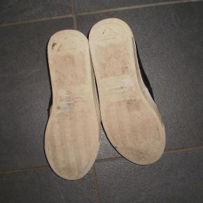 Varetype: Sneakers Farve: Sorte Oprindelig købspris: 1175 kr.  Fede sko fra Woden, meget behaglige at have på. Og de har selvfølgelig Wodens helt unikke kork sål.  Str  EU 40 US 7,5  Indvendig sål måler 26 cm.  Stand 8/10  #30dayssellout