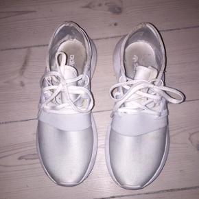 Adidas Turbular Viral sneakers str 37 1/3. Brugt få gange og har få brugsspor som nok kan renses væk. Normale i størrelsen