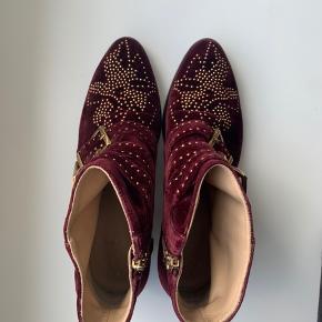 Chloé Susanna velvet Bordeaux boots  Købt i 2017 i London  Dustbag medfølger   Brugt få gange. Kontakt for flere billeder.  OBS! Kan passes af en 38.