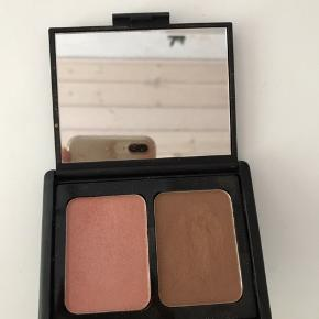 Super flot Contouring Blush & Bronzing Powder fra Elf cosmetics.  Brugt få gange, kan ses på billederne. Er i farven 'St. Lucia'   Np 60kr Mp 15kr, men er åben for bud