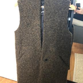 Rigtig flot vest i teddy look. 53% uld.  Den har lining, lommmer, og knap lukning.  OBS!!!!Den er lille i størrelsen jeg er selv en small/medium og passer denne rigtig fint.