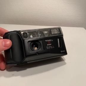 """Sælger dette fantastiske """"Yashica T3 Super"""" 35mm film point and shot udstyret med et super skarp 35mm f2.8 Carl Zeiss objektiv, helt suverænt film kamera, der er meget nemt at have med, tager nogle virkelig flotte billede grundet det gode objektiv, kommer med en strop og original taske (Har lige fået nyt batteri). Her er et tilsvarende tilsalg på eBay til 2300kr.:   https://www.ebay.com/itm/Yashica-T3-Super-D-Point-and-Shoot-Film-Camera-tested-and-working/303436896419?hash=item46a63f98a3:g:I7gAAOSwvvJeFXUl"""