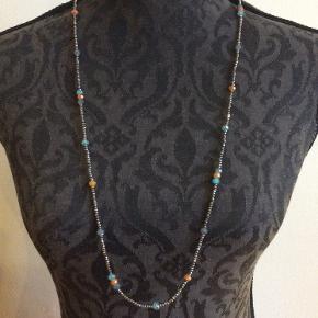 Fin halskæde med orange, blå og grå perler.