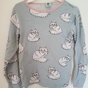 Super sød katte bluse fra småfolk. Flot i farverne stadigvæk og blød. Der er dog kommet fnuller fra vask. Obs der står navn indvendigt i nakken.