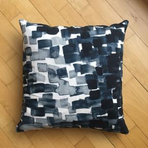 • Fin pude i grå-blå nuancer 🕊 • Passer perfekt til sofaen eller lænestolen 🛋 • Np: 200,- • Kan mødes på Glostrup st., KBH-banegården eller alt imellem 🙌🏼
