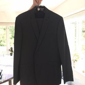 Næsten ny grå blåt jakke sæt  Jakke str 54 - buks 52