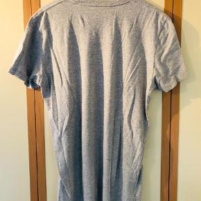 Varetype: T-shirt Farve: Grå Oprindelig købspris: 499 kr.  Super frisk og behagelig T-shirt fra Diesel med stort print på forsiden sælges da den aldrig bliver brugt. T-shirten blev købt hos Diesel i Århus. Fejler intet som huller, pletter, slitage.  Giv et fair bud