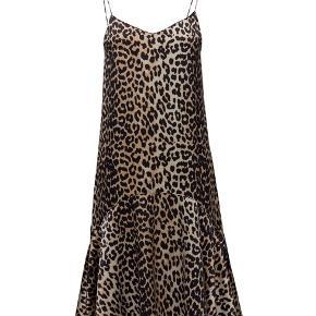 Smuk leopard kjole i silke. Fremstår som ny.