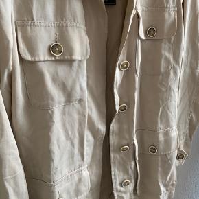 Fejler intet.    Der er stropper til evt. et bælte, dette fulgte ikke med da jeg købte jakken. Gav 1200kr svenske kr. for den.
