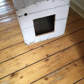 Lyserød patineret kiste, har brugt som katte toilet, derfor hullet i siden, så ja der kan godt være en kattebakke i😉 mål: 78x42x42