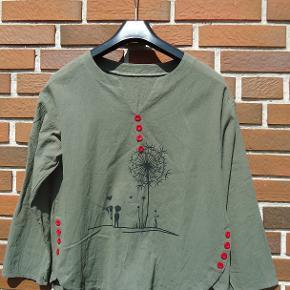 Flot bluse med mønster og røde pynteknapper, den er så fin, og den er med lange ærmer. Brystmål 2 x 54 cm
