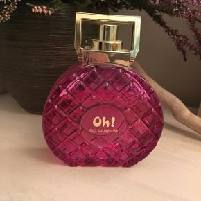 """""""Oh!"""" parfume sælges, da jeg har for mange perfumer:) der er 100 ml i  Som ses på billedet er den kun brugt lidt"""
