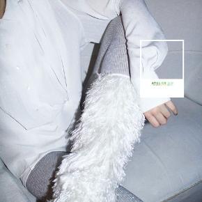 - BENYT 'KØB NU' FUNKTIONEN, VED KØB -  Smukkeste vintage skjorte fra Magasin Exclusiv i off-white. Skjorten har et diskret skinnende prikket mønster, skulderpuder og dekortative pressefoldere.    ○ Mærke: Magasin Exclusiv ○ Størrelse: 42 - Ærmelængde: 66 cm - Skulderbredde: 43 cm - Brystmål: 62 cm - Taljemål: 50 cm - Længde: 67 cm ○ Fit: Normal til løs ○ Stand: Vintage ○ Fejl/Mangler: Ikke umiddelbart ○ Materiale: 100% Polyester
