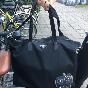 Sjælden Prada taske. Købt i København. Unisex. Kommer med kvittering og dustbag!  Lille plet i bunden. Absolut ikke synlig.