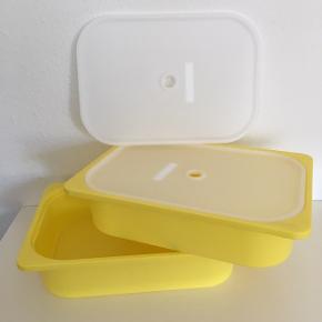 Ikea gul opbevaringskasse 2 stk  42 cm lang, 11 cm høj og ca 30 bred Citrongul  Fejlkøb  Kan stables når det ikke er i brug, Låg Ligger den ned i kassen så de er stablebare i brug   Sender gerne, samlet