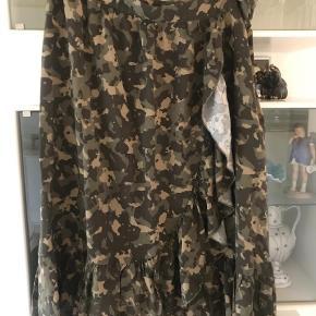 Varetype: Midi Farve: Armygrøn  Dejlig nederdel i lækker kvalitet  Jeg har en mere i leopard se anden annonce tá begge for 175 incl