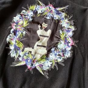 Givenchy sweatshirt man ikke lige ser andre med. Størrelse S oversized. Lækker kvalitet. Er i Nørresundby, men kan snildt sendes.