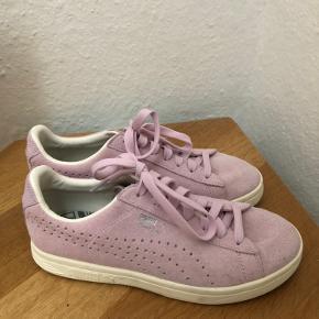 Næsten helt nye puma sko - brugt en gang De er lyse lilla i farven  Fejler intet  Str 38, størrelsen er tilsvarende