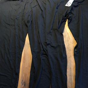 Varetype: 16 par leggings Størrelse: 3XL Farve: Sort, Grå Oprindelig købspris: 1760 kr.  Ikke ryger hjem.     6 stk. sorte leggings fra H&M i 3XL / XXXL  4 stk. sorte leggings fra C&A i XL store str.   1 stk. sorte leggings fra Cubus i XXL  1 stk. Sorte leggings fra Jackie i str. 54 til læggen med creb nederst. Ret pænt når de er på (billede 2)  1 stk. sorte leggings i str. 52 fra Jackie til læggen med blonder nederst (billede 3)  1 stk. sorte + 1 stk. grå leggings fra Jackie i str. 52 til læggen (billede 4)  1 stk. grå leggings i str. 4XL fra VRS (billede 5)  1 stk. sorte korte leggings / cykelshorts i str. 54 fra Jackie (billede 6)    Selvom det er forskellige størrelser, er de ca. lige store allesammen. Har selv brugt dem da jeg var str. 52-60. Mange af dem er helt nye og har aldrig været brugt.     Samlet pris for alle 16 stk.       Tilbud på alle mine tøj annoncer:    Køb 4 stk. og betal kun for 3. Den billigste er gratis.     Køb 10 stk. og betal kun for 6. De 4 billigste er gratis.     Hvis der er flere stykker tøj på én annonce med en samlet pris, gælder de som et stk. ved samlerabat.       Jeg måler desværre ikke det billigste tøj. Ellers har jeg skrevet mål i annoncen. Men du er altid velkommen til at returnere og få dine penge igen - præcis som hvis det var købt i en butik ;-)