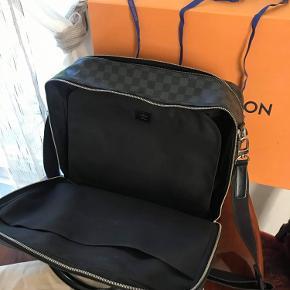 Tasken er næsten som ny og bære ingen synlige tegn på brug kun minimale tegn på alm. brug.  Np: 13.700kr