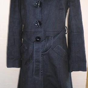 """Varetype: 💚🌸💚 Smuk let uld frakke med blomsterknapper - se mål   5 fotos Størrelse: S - se mål Farve: Sort  Lækker og smart LET uldfrakke med flotte blomsterknapper, bånd i taljen og smarte detaljer. Den kan nemt bruges i det kølige forår, da den ikke er """"vinter""""-tyk, men kan selvf. også bruges om vinteren med en lidt tykkere/varmere trøje underneden fra  Designers Remix Collection  Str. S  Mål:  Brystmål: 2 x 48 cm  Taljemål: 2 x 40 cm  Hoftemål: 2 x 49 cm  Længde: ca: 105 cm  Indvendig ærmelængde: ca. 46,5 cm  Materiale:  100% Fine wool (fin uld, blød og lækker)  Lining: 100 % Polyester - se det flotte foer  Nypris: omkring 2500 kr  Stand: Brugt men faktisk næsten flot som ny. Den skal lige se nærmere på en fnugrulle ;O) ( pletter bagpå er """"kamerapletter"""")  --------------------------------------------------------- ---------------------------------------------------------  Priside: giv et bud plus porto  Bytter ikke!  ** Se også alle mine andre annoncer med tøj og sko - Tøj: str. 34-50 Sko/støvler: 36-41 desuden tasker, smykker, tørklæder, bælter o.m.a.**  *** Klik på mit brugernavn for at se samtlige annoncer ***  **********************************************  ******************* OBS ***********************  ***** VÆLGER KØBER IKKE FORSIKRET FORSENDELSE *****  ********** KØBES INDLEVERINGSATTEST *************  **********************************************"""