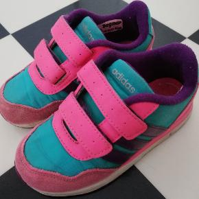 Flotte sneakers fra Adidas i flot stand