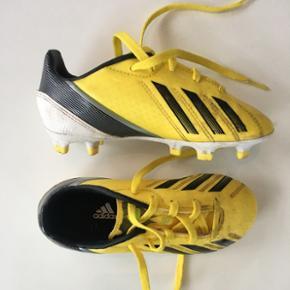 Adidas fodboldstøvler til børn. Gule med sorte/hvide detaljer. Størrelse 29. Stort set ikke brugt.