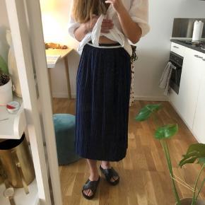 Rigtigt fin, mørkeblå nederdel fra ASOS i str. XS (fitter også small) 🌻