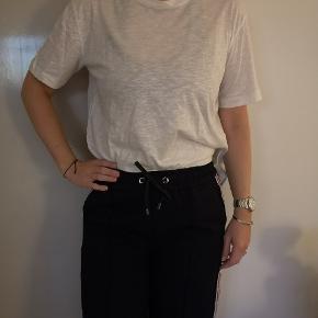 Brugt 2 gange. T-shirt, Day Via, i firkantet modell, lidt kortere med glimmer i. Passer en som normalt har str 38/M