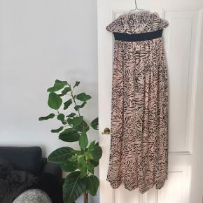 Fin lang maxikjole i farven rosa med leopard mønster str. S 🐆  Beklager den underlige pasform på billede 1 og 2, hvor kjolen ikke kommer til sin ret. Billede 3 hvor kjolen ligger ned illustrerer bedre pasformen over brystet.   Byd gerne kan enten afhentes i Århus C eller sendes på købers regning 📮✉️